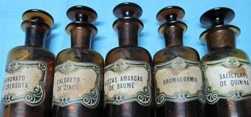 Botellas antiguas, cajas y envases